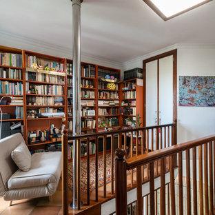Foto de sala de estar clásica renovada, sin televisor, con paredes blancas, suelo de baldosas de terracota y suelo rojo