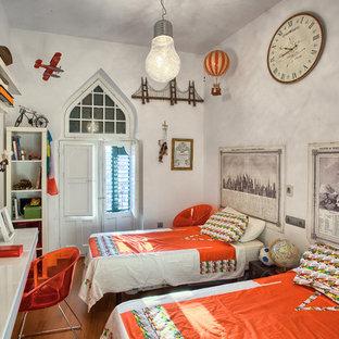 Diseño de sala de estar bohemia con paredes grises, suelo de madera en tonos medios y suelo naranja
