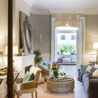 Diseño de sala de estar cerrada, clásica renovada, de tamaño medio, con paredes grises, chimenea tradicional y marco de chimenea de yeso