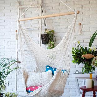 Modelo de sala de estar escandinava con paredes blancas y suelo gris