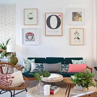 Imagen de sala de estar escandinava con paredes blancas, suelo de madera en tonos medios y suelo marrón