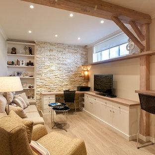 Foto de sala de estar cerrada, mediterránea, con paredes beige, suelo de madera clara, televisor colgado en la pared y suelo beige