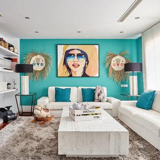 Ejemplo de sala de estar con biblioteca cerrada, ecléctica, de tamaño medio, sin chimenea, con pared multimedia, paredes azules, suelo de madera oscura y suelo marrón