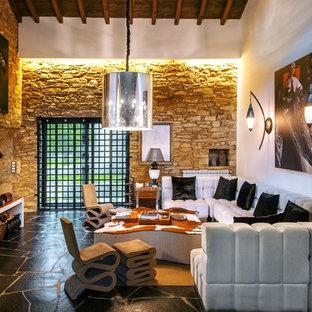 Modelo de sala de estar abierta, contemporánea, grande, con paredes blancas y chimenea tradicional
