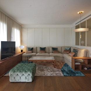 Ejemplo de sala de estar contemporánea con paredes blancas, suelo de madera oscura, televisor independiente y suelo marrón