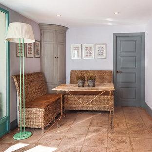 Klassisches Wohnzimmer mit weißer Wandfarbe und braunem Boden in Madrid