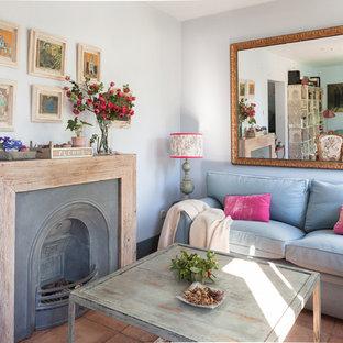 Imagen de sala de estar clásica renovada con paredes grises y suelo marrón