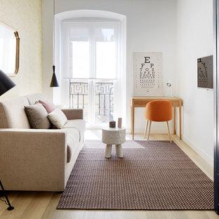 Imagen de sala de estar cerrada, contemporánea, pequeña, con paredes blancas, suelo de madera en tonos medios y suelo marrón
