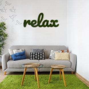Foto de sala de estar ecléctica con paredes blancas, suelo de madera clara y suelo beige