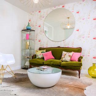 Foto de sala de estar bohemia, pequeña, sin chimenea, con paredes blancas, suelo de madera clara y suelo beige