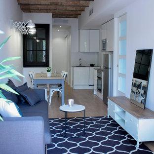 Foto de sala de estar abierta, actual, pequeña, con paredes blancas y suelo de madera en tonos medios