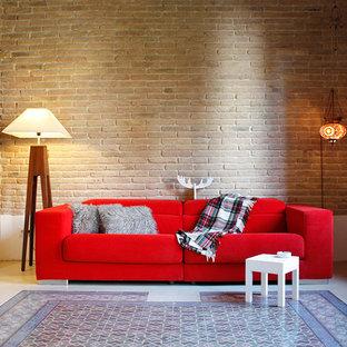 バルセロナの中サイズの地中海スタイルのおしゃれな独立型ファミリールーム (茶色い壁、セラミックタイルの床、暖炉なし、テレビなし) の写真