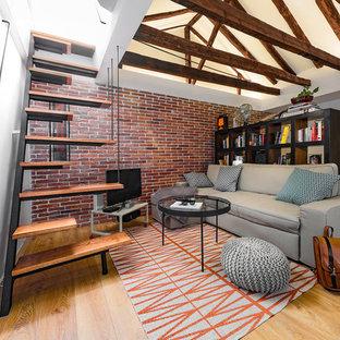 Ejemplo de sala de estar con biblioteca abierta, urbana, pequeña, sin chimenea, con paredes blancas, suelo de madera en tonos medios y televisor independiente