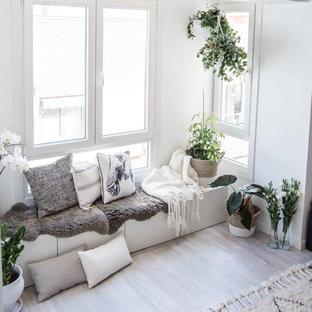 Ejemplo de sala de estar nórdica con paredes blancas y suelo de madera clara