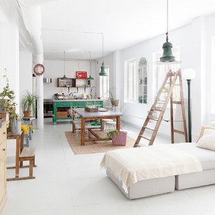 Exemple d'une grande salle de séjour éclectique ouverte avec un mur blanc et un sol blanc.