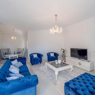 Inspiration pour une grand salle de séjour traditionnelle avec un mur blanc et un sol en marbre.