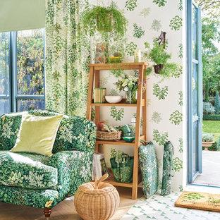 Ejemplo de sala de estar abierta, exótica, de tamaño medio, sin chimenea, con paredes multicolor, suelo de madera en tonos medios y suelo marrón
