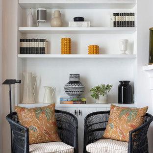 Ejemplo de sala de estar tradicional renovada, de tamaño medio, con paredes blancas, suelo de madera en tonos medios y suelo gris