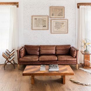 Foto de sala de estar rústica con paredes grises, suelo de madera en tonos medios y suelo marrón