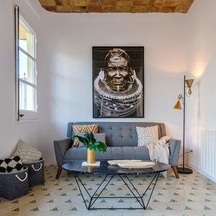 Ejemplo de sala de estar mediterránea, pequeña, con suelo de baldosas de cerámica, paredes blancas y suelo blanco
