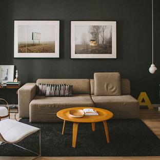 Diseño de sala de estar abierta, actual, pequeña, sin chimenea y televisor, con paredes negras, suelo de madera en tonos medios y suelo marrón