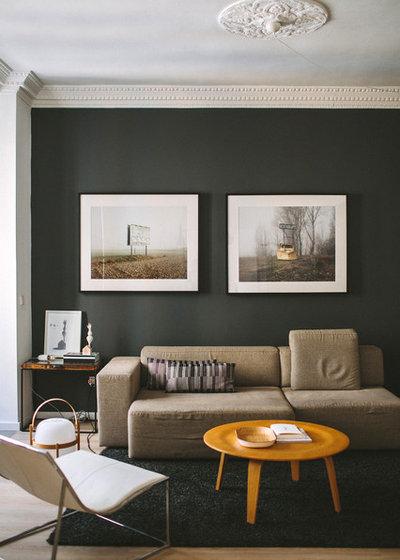Modern Family Room by Paula G. Furió