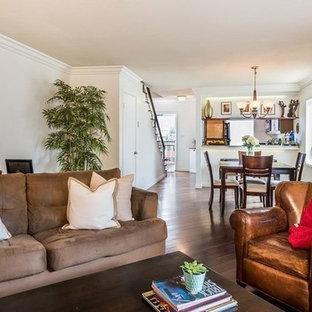 ロサンゼルスの中サイズのコンテンポラリースタイルのおしゃれなファミリールーム (ライブラリー、白い壁、無垢フローリング、薪ストーブ、コンクリートの暖炉まわり、コーナー型テレビ、茶色い床) の写真