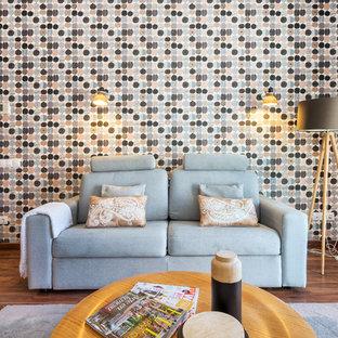 Foto de sala de estar escandinava, pequeña, con paredes multicolor y suelo marrón