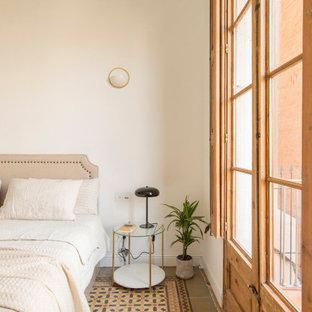 Foto de sala de estar tradicional renovada, de tamaño medio, con paredes blancas, suelo gris y suelo de baldosas de cerámica