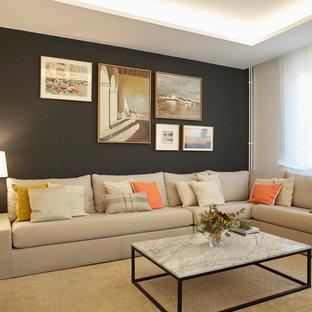 Modelo de sala de estar abierta, actual, grande, con paredes grises, suelo de madera en tonos medios y suelo marrón