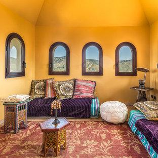 他の地域の中くらいのトロピカルスタイルのおしゃれな独立型ファミリールーム (黄色い壁、暖炉なし、テレビなし) の写真