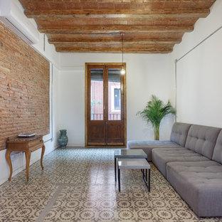 Modelo de sala de estar abierta, mediterránea, de tamaño medio, sin chimenea y televisor, con paredes blancas y suelo de baldosas de cerámica