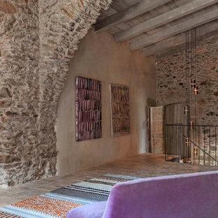 Ejemplo de sala de estar campestre, grande, con paredes marrones, suelo de ladrillo y suelo marrón