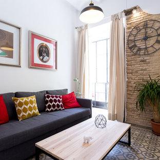 Diseño de sala de estar abierta, mediterránea, pequeña, sin chimenea, con paredes blancas, suelo de baldosas de cerámica, televisor colgado en la pared y suelo multicolor