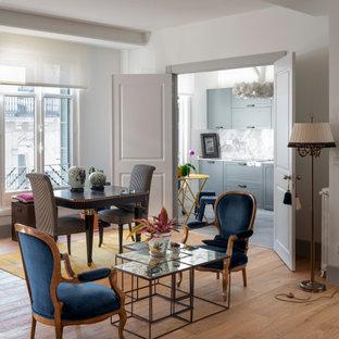 Diseño de sala de estar abierta, tradicional renovada, de tamaño medio, sin televisor, con paredes blancas, suelo de madera en tonos medios y suelo beige
