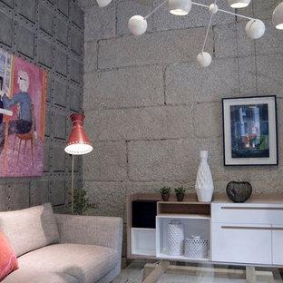 Diseño de sala de estar cerrada, urbana, pequeña, sin chimenea y televisor, con paredes grises y suelo de madera clara