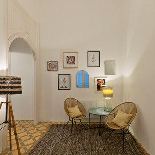Modelo de sala de estar cerrada, bohemia, pequeña, sin televisor y chimenea, con paredes blancas y suelo de baldosas de cerámica