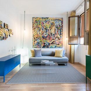 Ejemplo de sala de estar cerrada, contemporánea, de tamaño medio, sin chimenea, con paredes blancas, suelo de madera clara, televisor colgado en la pared y suelo beige