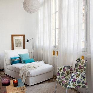 Diseño de sala de estar abierta, clásica renovada, pequeña, sin chimenea y televisor, con paredes blancas y suelo de baldosas de cerámica