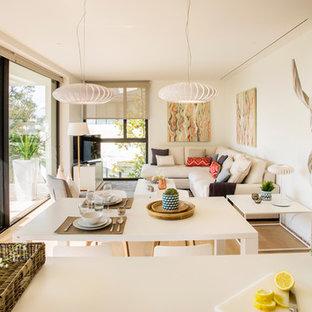 Diseño de sala de estar abierta, contemporánea, grande, sin chimenea, con paredes blancas y televisor independiente