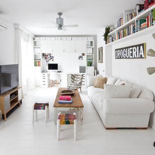 Foto de sala de estar con biblioteca cerrada, ecléctica, de tamaño medio, con paredes blancas y televisor independiente