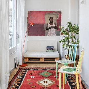 Kleines, Abgetrenntes Kolonialstil Wohnzimmer mit weißer Wandfarbe in Barcelona