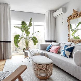 マドリードの中くらいの北欧スタイルのおしゃれなファミリールーム (壁掛け型テレビ、グレーの壁、淡色無垢フローリング、暖炉なし) の写真