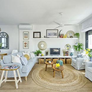 Ejemplo de sala de estar abierta, marinera, de tamaño medio, con paredes blancas, suelo de baldosas de porcelana y televisor independiente