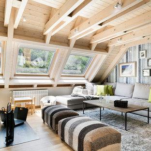 Modelo de sala de estar abierta, rural, de tamaño medio, con suelo de madera en tonos medios, chimenea tradicional y pared multimedia