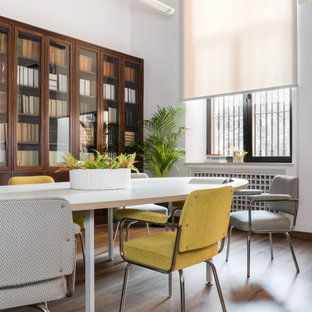 Foto de sala de estar con biblioteca clásica renovada, grande, con paredes blancas, suelo de madera en tonos medios y suelo marrón