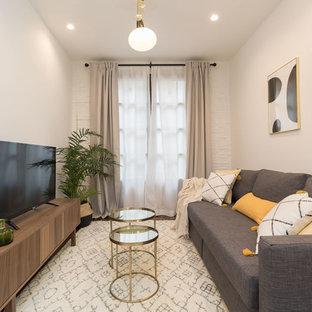 Modelo de sala de estar cerrada, costera, con paredes blancas y televisor independiente