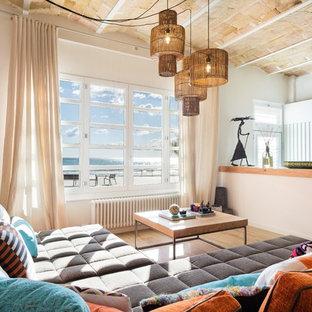 巨大なエクレクティックスタイルのおしゃれなファミリールーム (ホームバー、白い壁、磁器タイルの床、横長型暖炉、木材の暖炉まわり、壁掛け型テレビ、ベージュの床) の写真