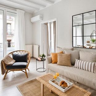 Foto de sala de estar abierta, tradicional renovada, de tamaño medio, sin chimenea, con paredes blancas, suelo de madera clara y suelo beige