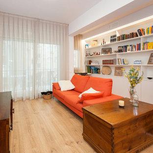 Ejemplo de sala de estar con biblioteca contemporánea, de tamaño medio, sin chimenea, con paredes blancas, televisor independiente, suelo de madera clara y suelo beige